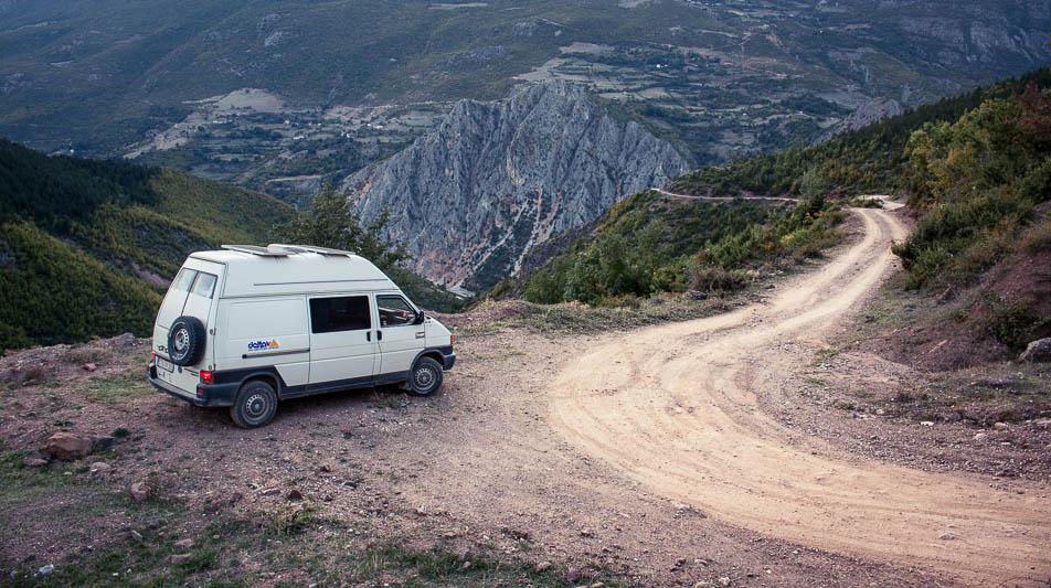 Auf der Piste entlang des schwarzen Drin in Albanien