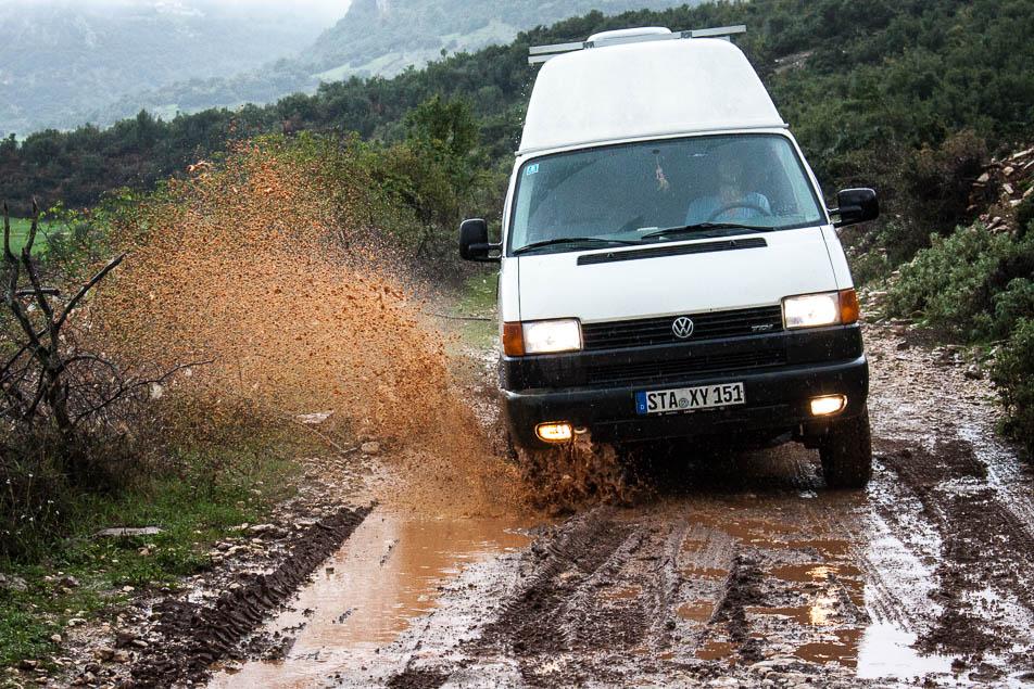 Schlechtes Wetter auf Albanischen Straßen Piste Tepelene-Vlore