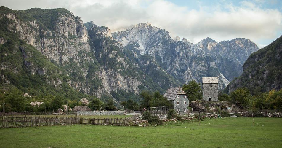 Blick auf den Blutracheturm in Theth Albanien