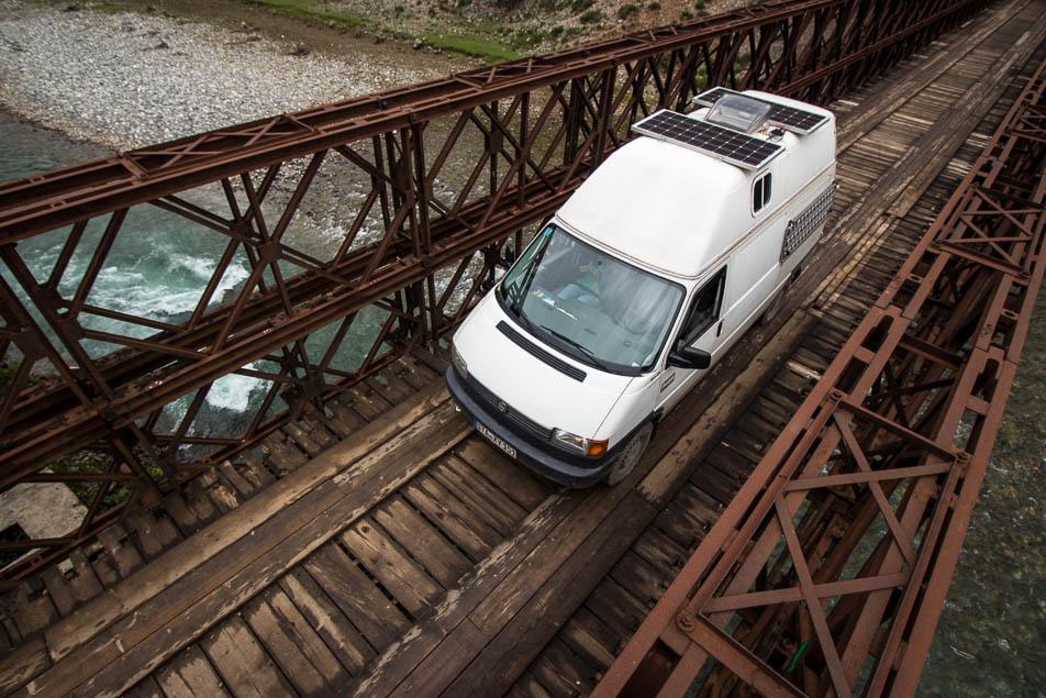 Mit dem VW Bus über Pisten durch Albaien, über die Holzbrücke