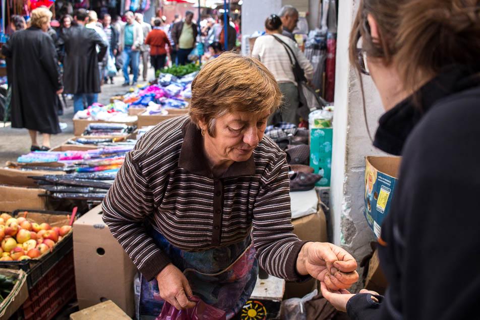 Alte Frau verkauft uns Gemüse in Elbasan